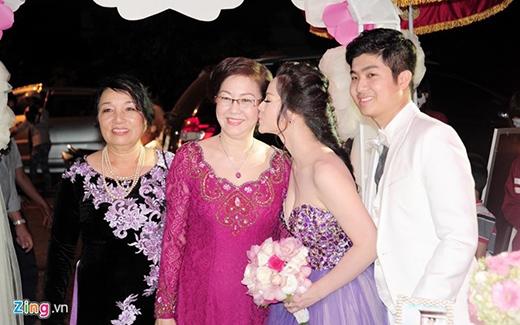 Nhật Kim Anh thể hiện tình cảm của con dâu với mẹ chồng bằng một nụ hôn - Tin sao Viet - Tin tuc sao Viet - Scandal sao Viet - Tin tuc cua Sao - Tin cua Sao