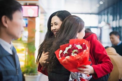 Nguyễn Thị Loan vội vã ôm chầm lấy mẹ - Tin sao Viet - Tin tuc sao Viet - Scandal sao Viet - Tin tuc cua Sao - Tin cua Sao