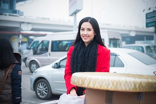 Top 25 Miss World Nguyễn Thị Loan ôm chầm lấy mẹ khi vừa về nước - Tin sao Viet - Tin tuc sao Viet - Scandal sao Viet - Tin tuc cua Sao - Tin cua Sao