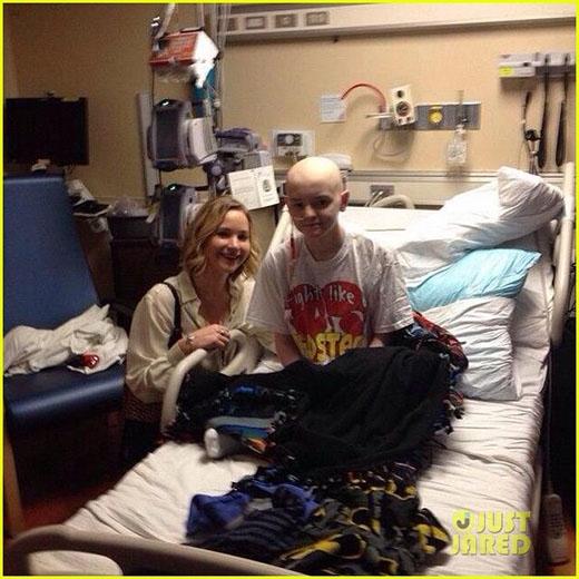Jennifer Lawrence đến thăm bệnh viện nhi trong đêm Giáng sinh