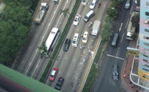Tiền vung vãi khắp nơi trên đường. Ảnh: SCMP