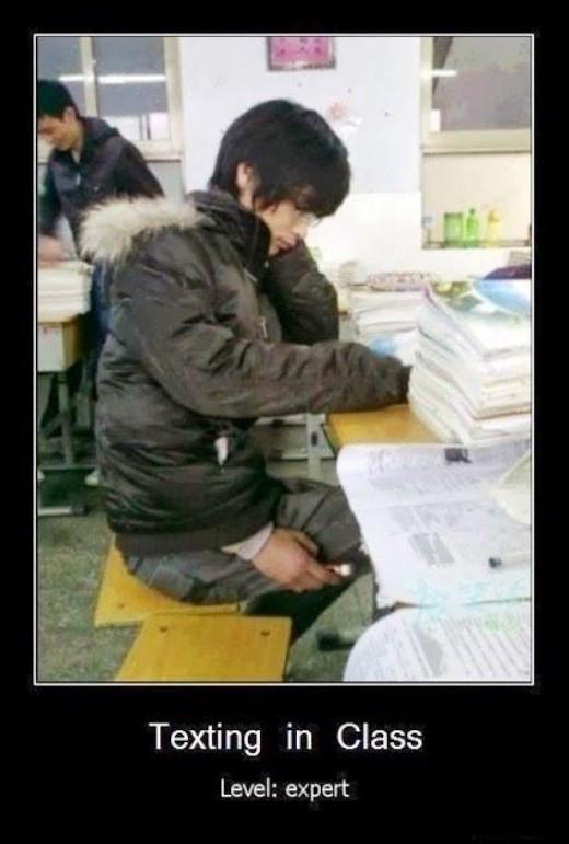 Nhắn tin trong lớp học thời đại smartphone.