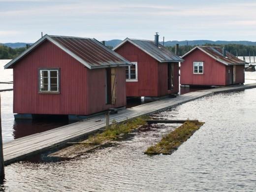 Fetsund Lenser, Fetsund: Khi đi trên con đường gỗ ở Fetsund Lenser, bạn sẽ nhận thấy những kết cấu bằng gỗ màu đen. Đó là nơi trữ đá lạnh trước khi tủ lạnh ra đời. Đá sẽ được phủ một lớp nhựa cây và chuyển tới các lâu đài khắp châu Âu. Đây là nơi khai thác băng như được mô tả trong những cảnh đầu phim.