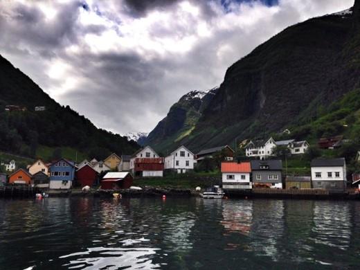 Sognefjord, hạt Sogn og Fjordane: Vùng nước sâu thẳm, vách đá dựng đứng và các thác nước hùng vĩ khiến chuyến tham quan Na Uy trở thành một trải nghiệm tuyệt vời. Khung cảnh này cùng các thác nước thường xuyên xuất hiện trong suốt bộ phim.