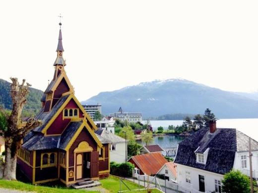 Nhà thờ St. Olaf, Balestrand là hình mẫu của nhà nguyện trong cảnh đăng quang của Elsa.