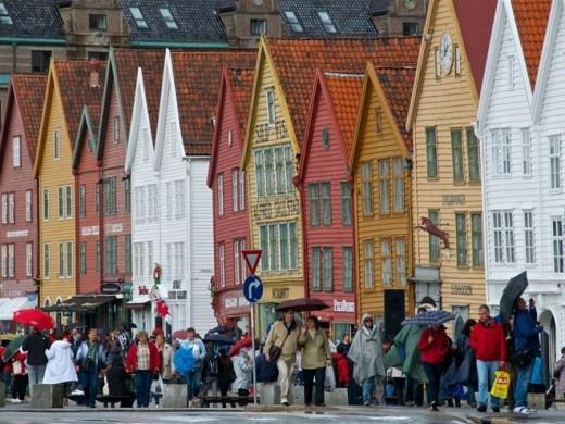 Bryggen, Bergen: Khu di sản thế giới do UNESCO công nhận này là khu buôn bán của Bergen và là nguồn cảm hứng cho thiết kế thành phố của Arendelle. Ngày nay nó vẫn nhộn nhịp với các hoạt động mua sắm, các cửa hiệu và nhà hàng.