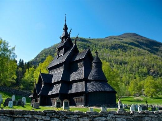 Nhà thờ bậc thang Borgund, Borgund: Nhà thờ này được hoàn tất vào năm 1250 sau Công nguyên và được giữ gìn từ đó tới giờ. Nhà thờ là hình mẫu cho rất nhiều kiến trúc trong Frozen.