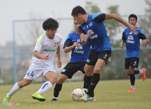 Công Phượng nhanh nhẹn bẻ bóng qua khe giữa 2 cầu thủ Chonburi.