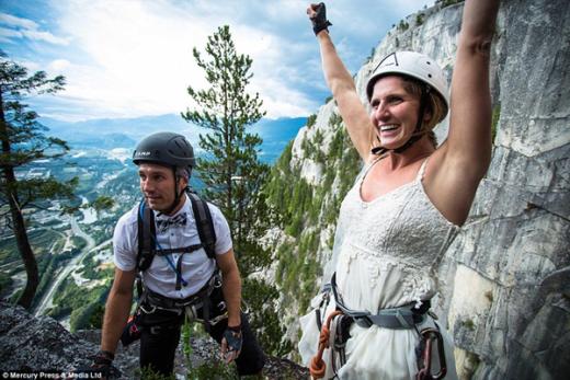 Jamie Alperin hạnh phúc vì đã chinh phục thử thách. Họ đã có một hôn lễ cưỡi lãng mạng theo cách riêng trên đỉnh trời.