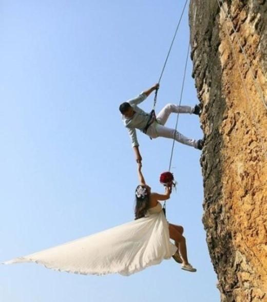 Theo Telegraph, Zheng Feng, một nhà leo núi nghiệp dư đã tổ chức chụp ảnh đám cưới với cô dâu của mình trên một vách núi đá dựng đứng ở Kim Hoa, tỉnh Chiết Giang, Trung Quốc. Sự kiện này đã gây được sự chú ý của dư luận trong nước và quốc tế.