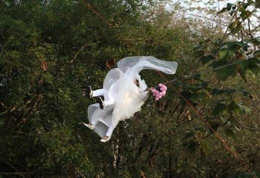 Theo Reuter, một đôi vợ chồng Thái Lan tung bay bằng cáp trong khi đang thực hiện lễ thành hôn, trước thềm ngày Valentine ở tỉnh Prachin Buri. Đây được xem là hành động mạo hiểm ấn tượng ở xứ Chùa Vàng trong năm qua.