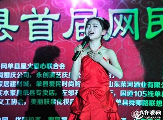 Cảm động cô bé hát giữa trời lạnh giá kiếm tiền chữa bệnh cho mẹ