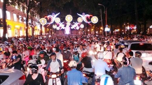 Đêm 24/12, hàng chục ngàn người dân TP.HCM cùng đổ về trung tâm thành phố, đặc biệt là khu vực Nhà thờ Đức Bà để vui chơi và chờ đón thời khắc Giáng Sinh.