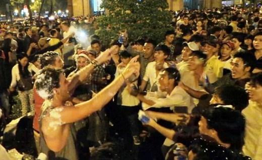 Những du khách nước ngoài cùng các bạn trẻ Việt cùng đếm 1-2-3 để bắt đầu cuộc chiến tuyết một cách hào hứng.
