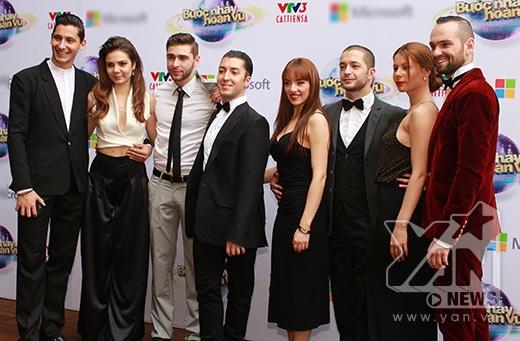 Các vũ công đến từ nước ngoài. Họ chính là những người bạn nhảy của các thí sinh trong chương trình. - Tin sao Viet - Tin tuc sao Viet - Scandal sao Viet - Tin tuc cua Sao - Tin cua Sao