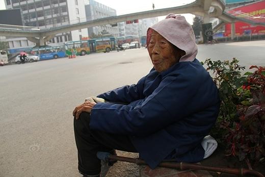Chuyện mẹ già ngủ ngoài đường đợi con khiến bạn phải suy ngẫm
