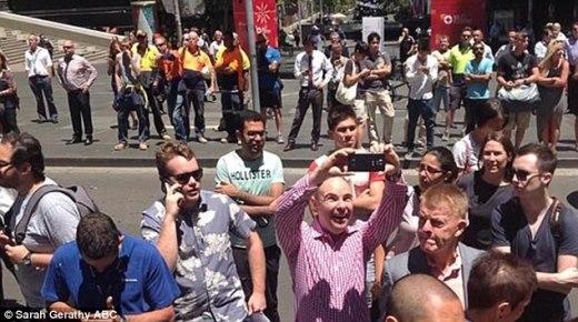 Vô tư chụp ảnh và cười đùa trước hiện trường vụ giữ con tin ở Sydney vừa qua