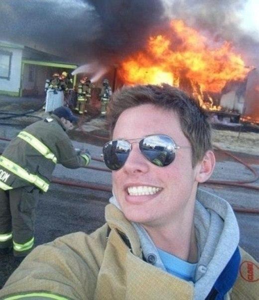 Anh lính cứu hỏa này đã nhận được rất nhiều gạch đá của cộng đồng mạng vì bức ảnh tự sướng quá vô trách nhiệm này