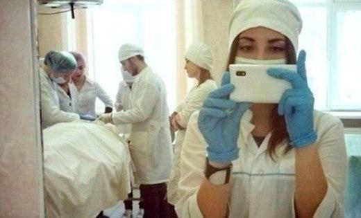Nữ bác sĩ mê chụp ảnh hơn là tập trung cho công việc