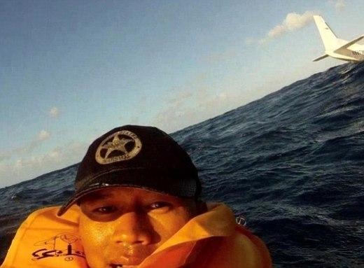 Một hành khách may mắn sống sót trong tai nạn máy bay đã chụp lại ảnh tự sướng. Trong tai nạn này, một người đã thiệt mạng và nhiều người khác bị thương