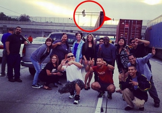 Cả nhóm bạn trẻ này chụp ảnh để khoe việc mình được chứng kiến một người ngồi chuẩn bị tự tử