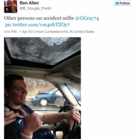 Dửng dưng và chụp ảnh với chiếc xe bị tai nạn