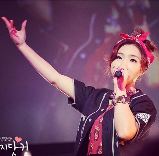 Minzy hào hứng đăng tải hình trên sân khấu và nói rằng: Đây là ngày hạnh phúc nhất. Gửi tình yêu từ Minzy. Chúc các bạn ngủ ngon.
