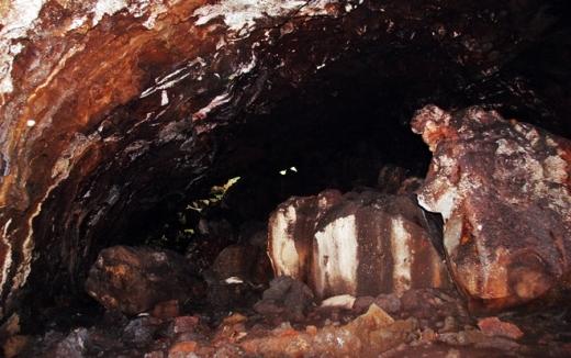 Phía trong đường hầm có những tảng đá vuông vắn được sắp đặt ngay ngắn.