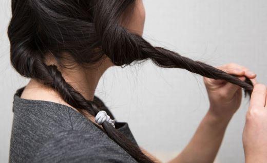 Chia tóc bạn thành nhiều phần nhỏ và xoắn chúng lại trước khi đi ngủ để có một mái tóc quăn bồng bềnh sáng hôm sau