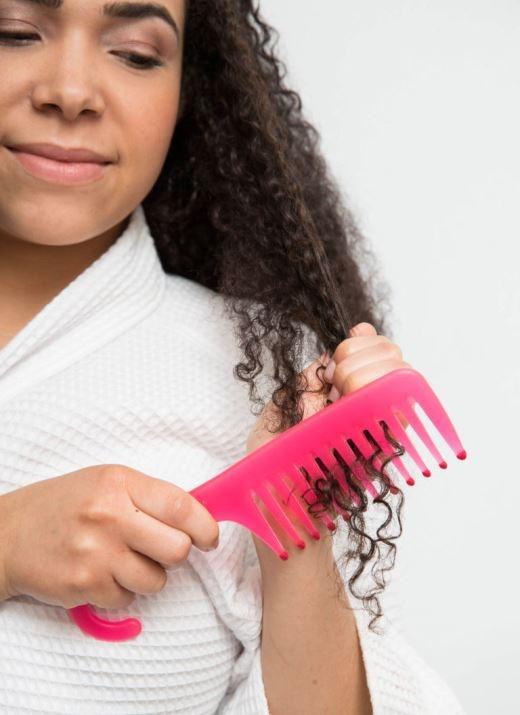 Hãy chải tóc bằng những ngón tay khi đang xả dầu xả thay vì chải sau khi đã gội đầu xong. Chải tóc sau khi tắm có thể khiến các lọn tóc xoăn của bạn bị tách rời và bị xù lên