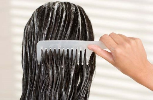 Nếu tóc bạn quá khô, bạn có thể bỏ qua bước gội đầu và chỉ sử dụng dầu xả để bổ sungđộ ẩm cho tóc. Phương pháp này nên lặp lại mỗi tuần một lần để đạt được kết quả.