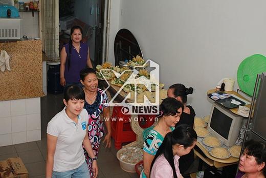 Người thân đang nhà tất bật chuẩn bị cỗ cưới - Tin sao Viet - Tin tuc sao Viet - Scandal sao Viet - Tin tuc cua Sao - Tin cua Sao