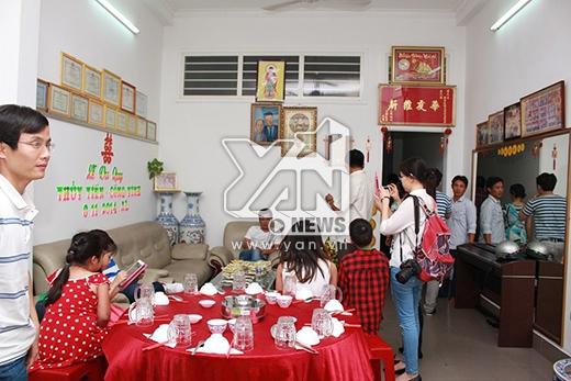 Phía bên trong nhà cũng đang được dọn dẹp để chuẩn bị cho lễ cưới vào ngày mai - Tin sao Viet - Tin tuc sao Viet - Scandal sao Viet - Tin tuc cua Sao - Tin cua Sao