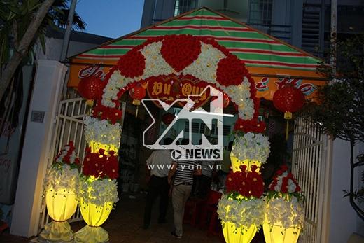 Cổng hoa được trang trí cầu kỳ - Tin sao Viet - Tin tuc sao Viet - Scandal sao Viet - Tin tuc cua Sao - Tin cua Sao