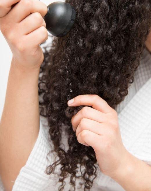 Bạn không cần thiết phải gội đầu hàng ngày dù là tóc dầu vì kiểu tóc xoăn cần nhiều độ ẩm hơn bình thường