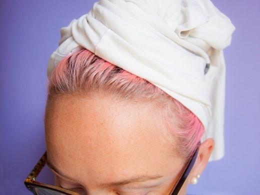 Hãy lau khô tóc bạn bằng một chiếc áo thun thay cho khăn lông.Khăn lông có thể làm cho mái tóc xoăn của bạn bị mất nước và bị khô đấy
