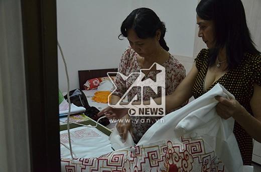 Mẹ Thủy Tiên (ngoài cùng bên phải) tranh thủ là lại áo dài cho con gái. - Tin sao Viet - Tin tuc sao Viet - Scandal sao Viet - Tin tuc cua Sao - Tin cua Sao