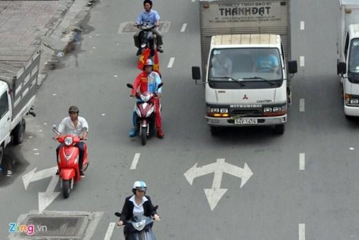 """Ông Châu Thơ Phương (57 tuổi, ngụ quận 11, TP.HCM) được nhiều người biết đến với tên """"thần tài vé số"""" hay dị nhân. Ngày ngày ông đi xe máy khắp đường phố để bán vé số dạo kiếm sống."""