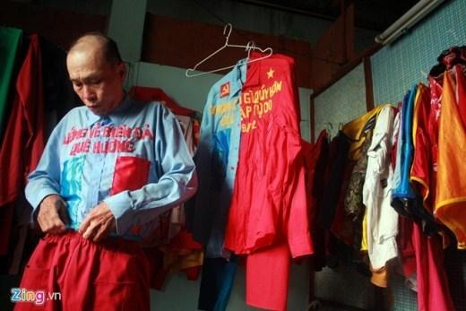 Từ khi bắt đầu làm nghề bán vé số vào cuối năm 2012 cho đến nay, ông Phương đã có hàng trăm bộ quần, áo, hàng chục chiếc mũ bảo hiểm, giày màu mè khác nhau. Trong căn phòng trọ rộng chừng hơn 10m2 thuê trên đường Âu Cơ, quận 11, ông treo kín đồ hành nghề.