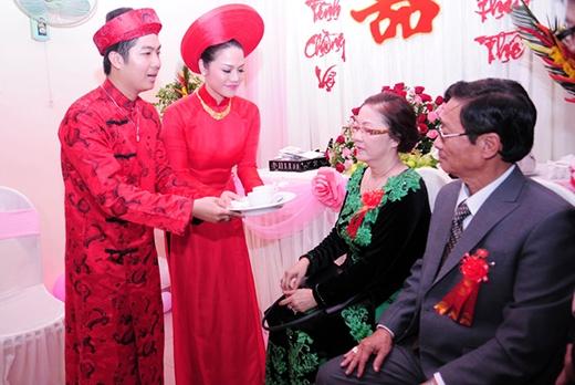 Nhật Kim Anh - Bửu Lộc thực hiện nghi thức dâng trà cho hai bên gia đình. - Tin sao Viet - Tin tuc sao Viet - Scandal sao Viet - Tin tuc cua Sao - Tin cua Sao
