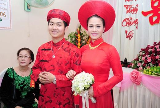 Tại nhà trai, chú rể Bửu Lộc thay bộ áo dài đỏ. - Tin sao Viet - Tin tuc sao Viet - Scandal sao Viet - Tin tuc cua Sao - Tin cua Sao