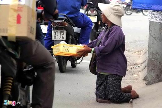 Người già cũng được những kẻ chăn dắt sử dụng vào việc bán bông, tăm nhưng mục đích chính là câu lòng thương để xin tiền trên rất nhiều ngã 3, ngã tư ở Sài Gòn. Những cụ già này phải phơi nắng, mưa từ sáng đến tối.