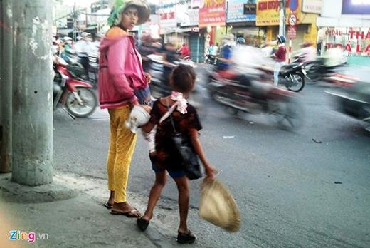 Mỗi nhóm ăn xin thường có một phụ nữ, một trẻ em vài tuổi và một bé sơ sinh chỉ vài tháng tuổi. Người phụ nữ có nhiệm vụ ẵm bé sơ sinh ngồi giữa nắng mưa và kiểm soát bé lớn. Đứa trẻ mới vài tuổi này phải trực tiếp ra đường, len lỏi vào dòng xe cộ đông đúc ở các giao lộ xin tiền về cống nộp.