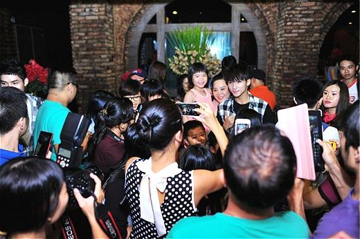 Nơi nào có Sơn Tùng xuất hiện đều thu hút sự chú ý của truyền thông và giới trẻ. - Tin sao Viet - Tin tuc sao Viet - Scandal sao Viet - Tin tuc cua Sao - Tin cua Sao