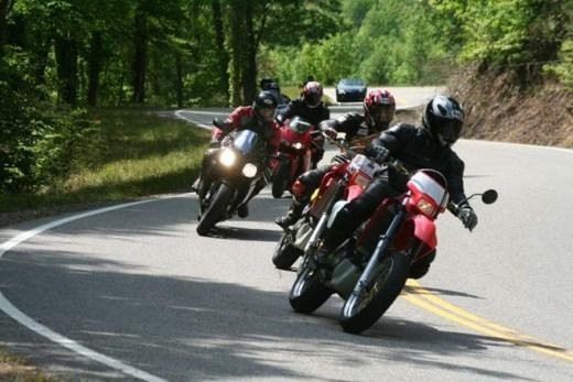 Núi Đuôi Rồng (Mỹ): Đây là con đường nối giữa Tennessee và Bắc Carolina, đoạn đường chưa đến 10.000 m mà có tới 318 khúc quanh, tạo thành hình dáng đuôi rồng. Nơi đây thu hút rất nhiều băng đua mô tô trên thế giới.