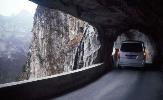 Đường ngầm Guo Liang (Trung Quốc): Nằm ở khu vực núi Thái Sơn, xây dựng năm 1972, nối giữa làng Guo Liang và thế giới bên ngoài. Con đường này còn có tên gọi là Hành lang Tiên Sơn Tuyệt Bích, hay Động Guo Liang. Phải là người có đủ dũng khí mới dám lái xe qua đường ngầm này.