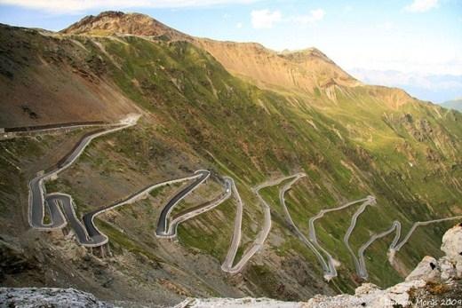 Đường núi Stelvio (Italy): Nằm về phía Đông núi Alps, con đường này có 48 khúc quanh ngoặt. Chỉ xem chỉ dẫn đường thôi có khi đã khiến bạn phát nản.