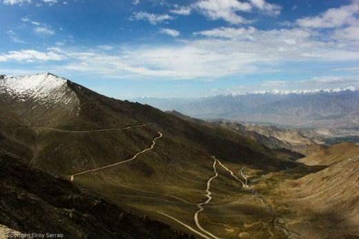 Đường núi Khardung La (Ấn Độ): Đây là còn đường chính dành cho du khách đến tham quan dãy núi Himalayas ở Ấn Độ. Đường dài 5.400 m, mỗi năm trung bình 10.000 con ngựa và lạc đà đi qua đây.