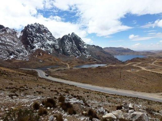 Đường Ticlio Pass (Peru): Đường dài 4.800 m, đi qua núi Cordillera, lái xe không những ngược gió lớn mà còn lúc nào cũng phải cẩn thận tránh đá lăn từ trên xuống.