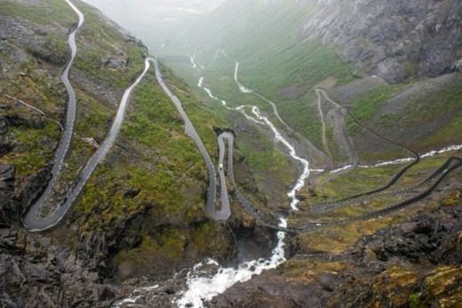 Đường quanh núi (Nauy): Có 11 khúc ngoặt và 10% đường là dốc nguy hiểm. Vào mùa du lịch, mỗi ngày trung bình có 2.500 xe đi qua con đường này. Bạn cũng lên đường để thành một thành viên trong số đó thôi nào.